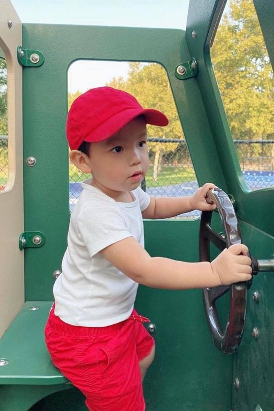 Maximus là con trai đầu lòng của Phạm Hương, sẽ tròn hai tuổi vào cuối tháng 12. Hiện nhóc tỳ đi học mẫu giáo vài tháng và hào hứng được đến trường học.