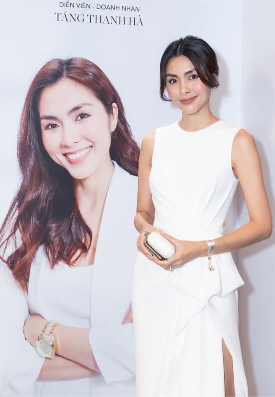 Diễn viên Tăng Thanh Hà khoe dáng mảnh mai với thiết kế gam trắng xẻ vạt.