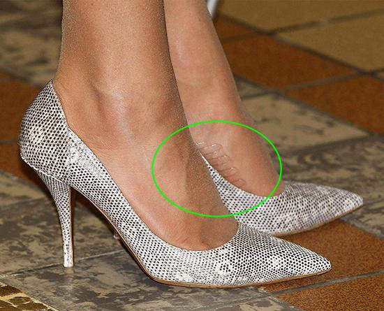 Bên cạnh đó, nhiều fan thích thú khi phát hiện một bí quyết khác của Kate, đó là quần tất cô mặc có sẵn miếng dính ở lòng bàn chân để tránh tuột giày.