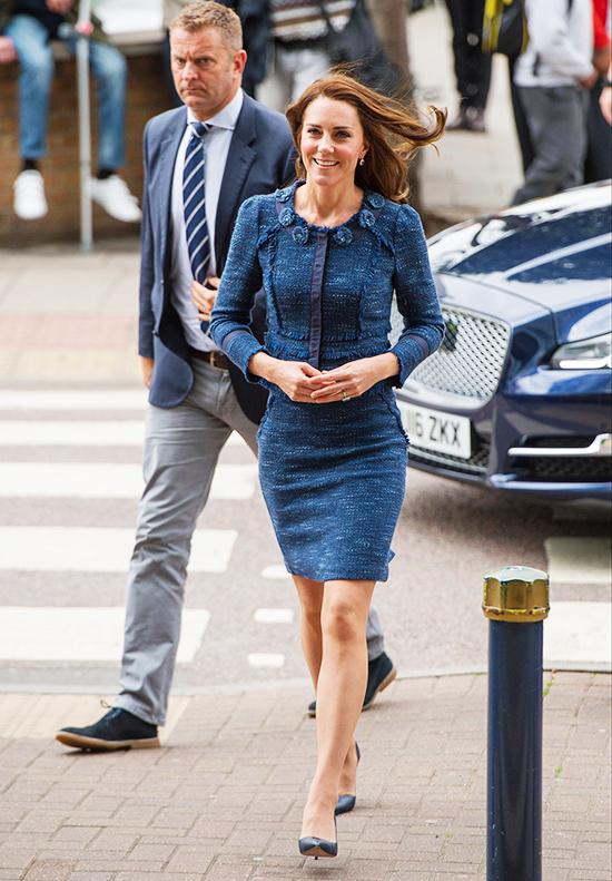 Quần tất chống trượt Phụ nữ hoàng gia Anh phải mặc quần tất trong mọi sự kiện. Kate không chỉ tuân thủ chặt chẽ quy tắc này mà còn khéo chọn loại quần gần như vô hình, tiệp hoàn toàn màu da, giúp đôi chân trông nuột nà hơn và không hề bị sáng bóng khi ánh nắng hay đèn flash chiếu vào.