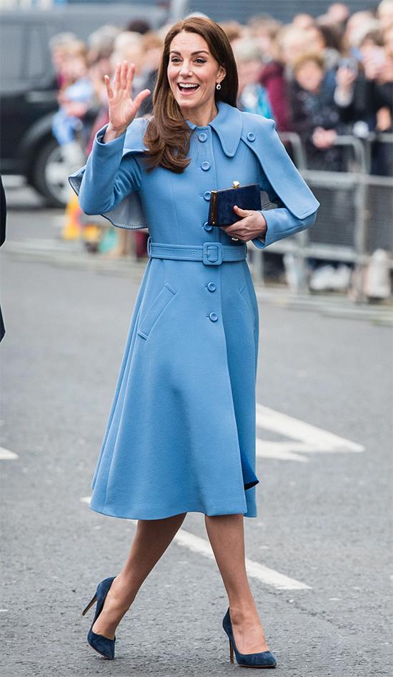 Biến áo choàng thành tâm điểm của set đồ  Một kiểu trang phục đặc trưng khác của Kate là áo choàng dáng dài có phom như một chiếc váy, che giấu hoàn toàn Một chiếc áo khoác với phần eo và độ dài xòe ở giữa là' Kate cổ điển '.