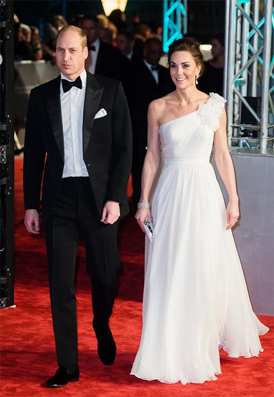 Diện đầm lộng lẫy khi cần thiết  Luôn tuân thủ các quy tắc hoàng gia trong tủ quần áo hàng ngày của mình, Lucas cho biết cô ấy biết cách làm nổi bật khi có dịp.  Kate in Alexander McQueen at BAFTAs 2019