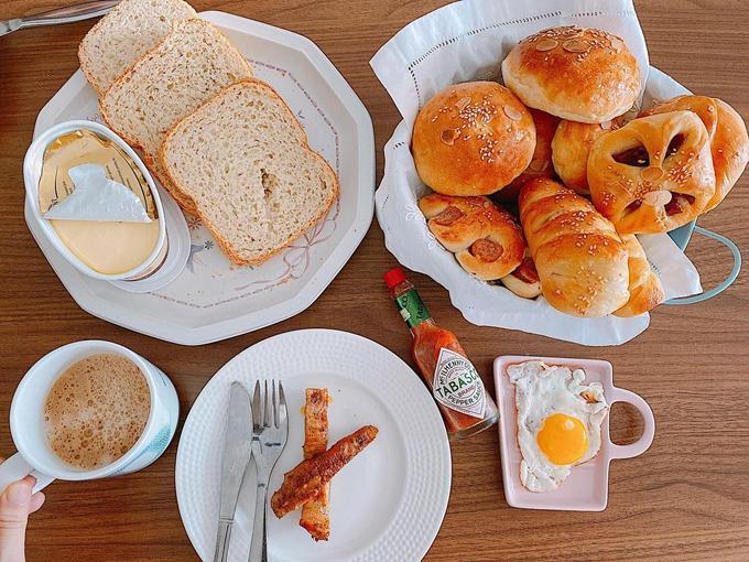 Chị làm các loại bánh mỳ khác nhau để ăn sáng, trong đó có bánh mỳ xúc xích.