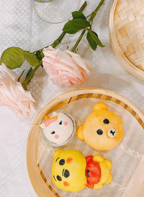 Các em bé được mẹ làm bánh bao tạo hình gấu, gấu Pooh và chú kỳ lân.