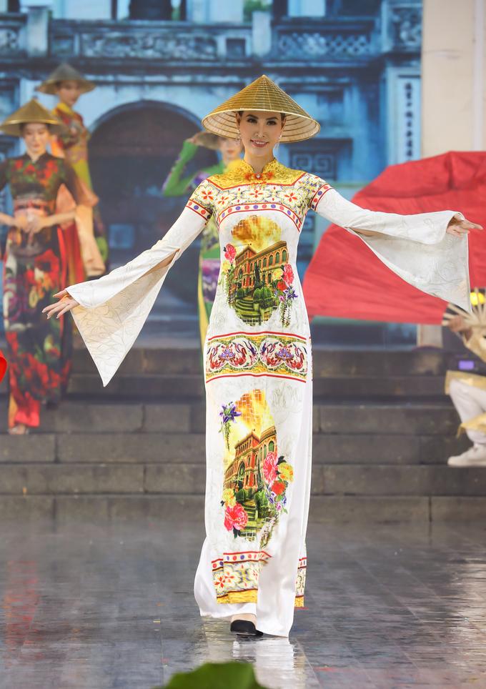 Đỗ Trịnh Hoài Nam mang nón lá dát vàng lên sân khấu