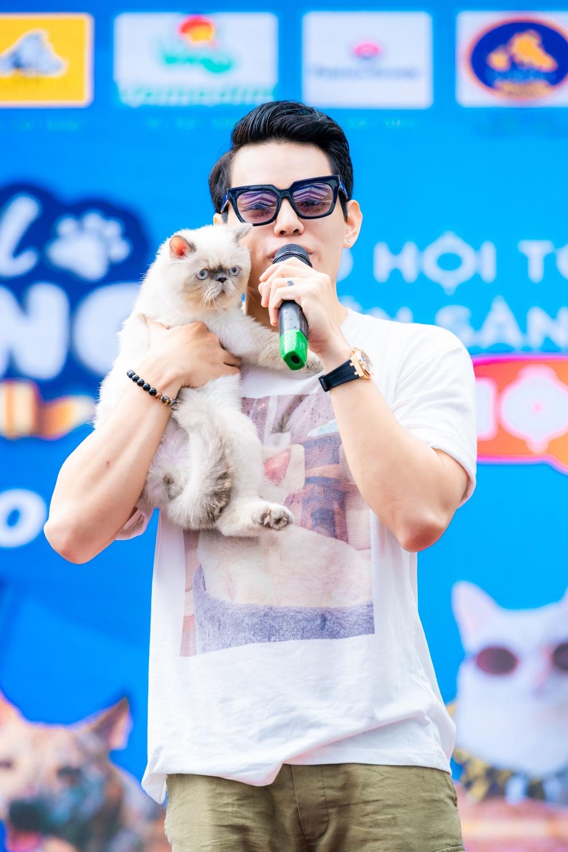Đến với festival lần này, ca sĩ Tino dẫn theo chú mèo Lucas với mong muốn lan tỏa tình yêu thương chó mèo đến cộng đồng. Nam ca sĩ còn làm nóng bầu không khí với hai ca khúc Yêu rồi và Yêu không cần nói.