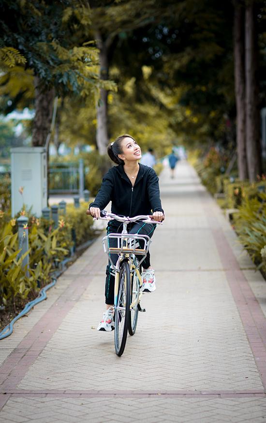 Biệt thự nhà Vân Hugo nằm trong một khu cư dân cao cấp với an ninh đảm bảo và cảnh sắc thiên nhiên tươi đẹp nên cô có thể thoải mái đạp xe hay chạy bộ để hít thở không khí trong lành.