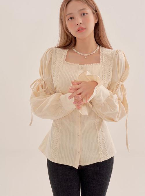 Những mẫu áo blouse trang trí dây rút, ảnh hưởng phong cách cổ điển dễ ứng dụng đi làm và còn có khả năng khiến người mặc trẻ trung, đáng yêu.