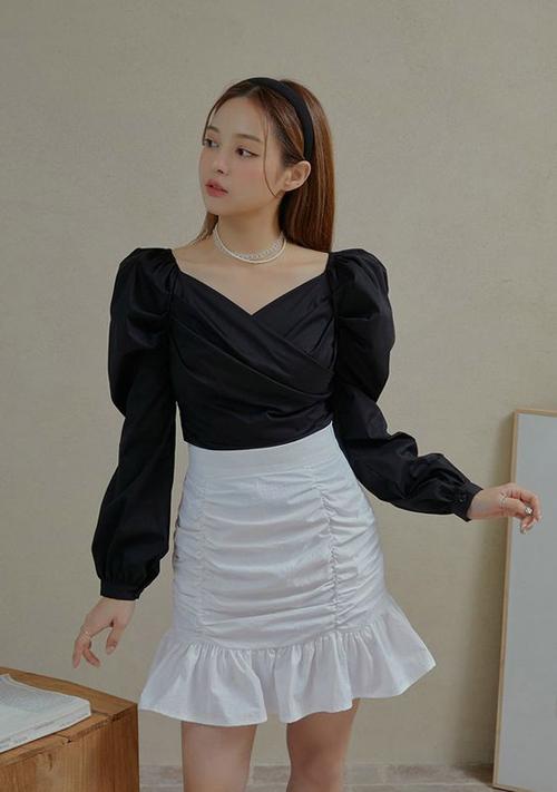 Ngoài các mẫu áo bèo nhún theo phong cách tiểu thư, các nàng công sở có thể chọn thêm các mẫu vai bồng, tay bồng tạo hiệu ứng thân hình đầy đặn hơn.