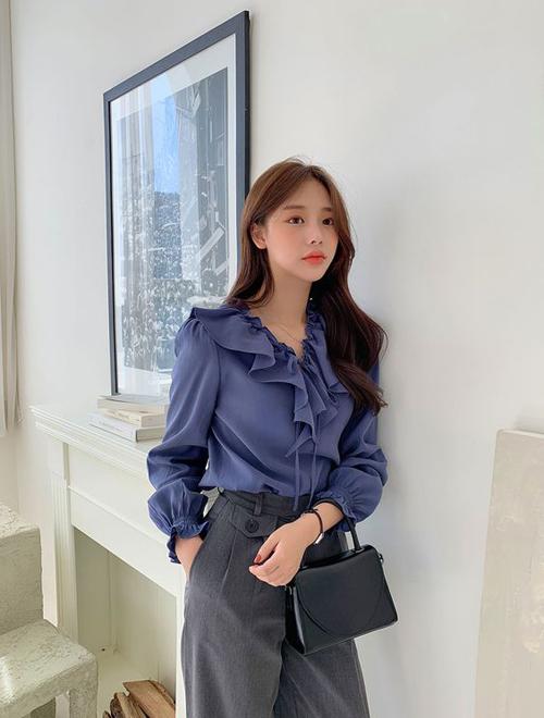 Áo blouse không chỉ giúp phái đẹp tôn nét điệu đà khi đi làm mà nó còn khiến những bạn gái có thân hình cò hương giấu nhẹm khuyết điểm.