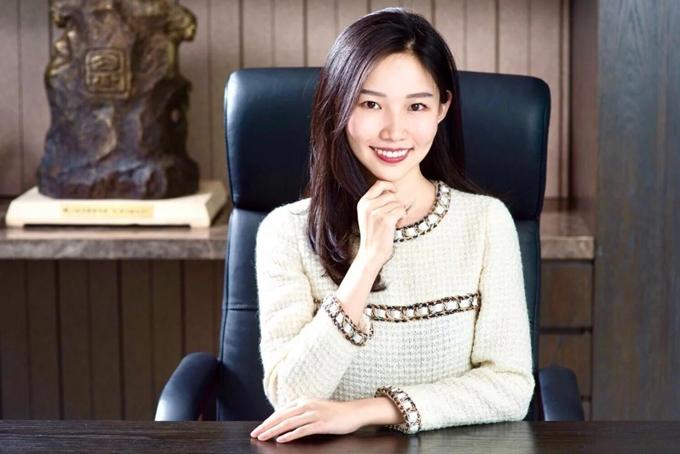 Xie Qirun, 28 tuổi, tên gọi khác Theresa Tse, có tên trong danh sách 10 phụ nữ giàu nhất Trung Quốc năm 2019, theoSCMP. Ông nội của Xie, Dhanin Chearavanont, là chủ tịch cấp cao của Charoen Pokphand Group (CP Group) và từng là người giàu nhất Thái Lan. Cha của Xie, Xie Zhengmin và chú của cô, Xi Guomin, đều là những tỷ phú nổi tiếng Trung Quốc.