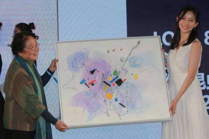 Ngoài công việc, Theresa còn rất đam mê nghệ thuật. Cô cùng nhà sưu tập nghệ thuật nổi tiếng Michael Xufu Huangthành lập một bảo tàng ở Bắc Kinh vào đầu năm nay. Đó là một bảo tàng nghệ thuật đương đại, nơi trưng bày tác phẩm của các nghệ sĩ mới nổi và thu hút những người trẻ yêu thích nghệ thuật. Theresa phụ trách việc phát triển bảo tàng và các hoạt động từ thiện. Ngoài ra cô còn có bộ sưu tập nghệ thuật riêng bao gồm khoảng 400 tác phẩm của các danh họa như Nicolas Party, Liu Ye, Issy Wood, Chen Wei, Hans Hartung và Pamela Rosenkranz, theo The Financial Times. Ảnh: SCMP.