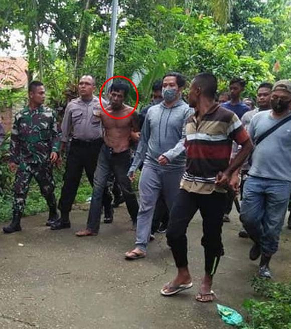 Nghi phạm Samsul (khoanh đỏ) khi bị cảnh sát bắt hôm 11/10. Ảnh: Viral Press.