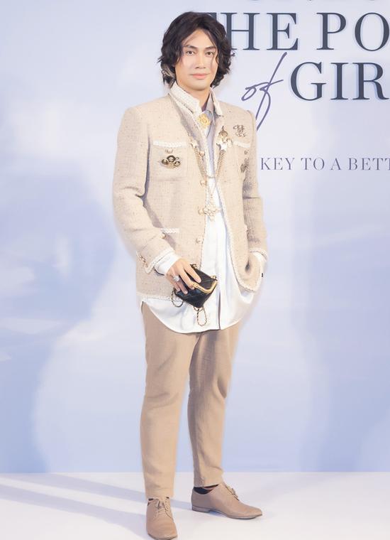 Nhà thiết kế Lý Quí Khánh sành điệu với trang phục gam xám.