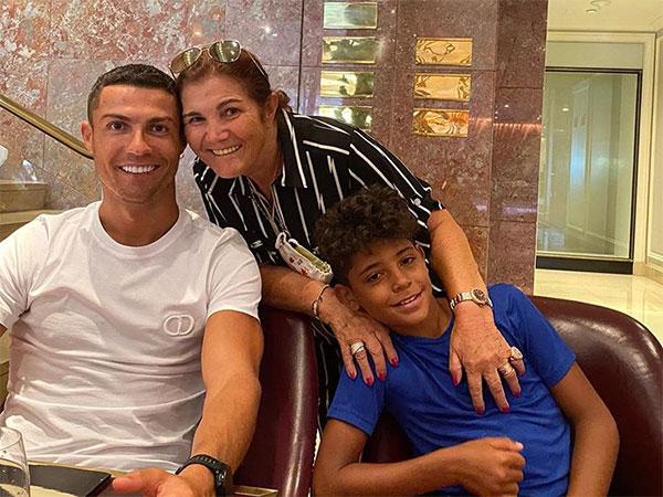 C. Ronaldo bên mẹ và con trai hồi tháng 8. Siêu sao Juventus nổi tiếng là người yêu và nghe lời mẹ. Ảnh: Instagram.