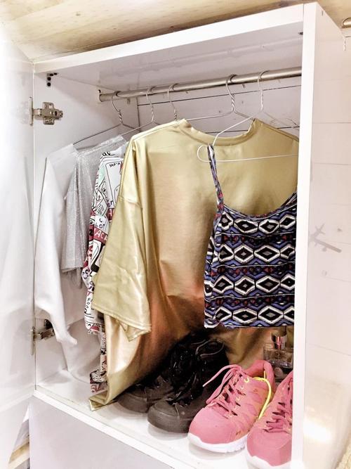 Nhà xe di động còn có một tủ để trữ quần áo.