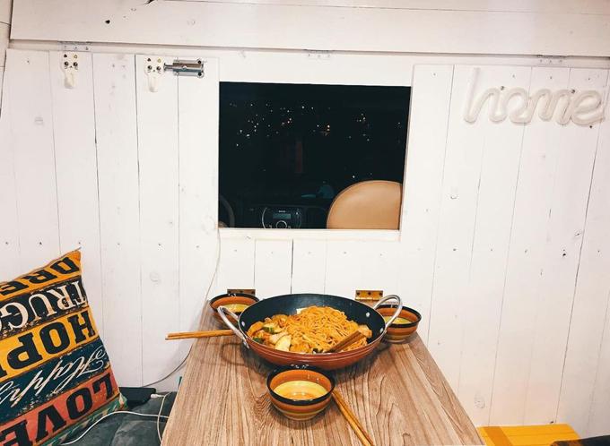 Khi bàn ăn được gập xuống sẽ để lộ tấm kính ngăn giữa buồng lái và khu vực sinh hoạt phía sau.