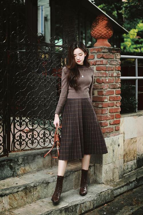 Cách diện áo dệt kim, áo len cùng chân váy vintage không quá mới mẻ nhưng chúng vẫn luôn được ưa chuộng vì tiện lợi và không lỗi mốt.