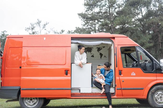 Với sở thích xê dịch, vợ chồng Hà My - Doãn Duy Tân đến từ Đắk Lắk đã quyết định mua lại xe  ôtô 16 chỗ và cải tạo thành nhà di động để cùng con trai nhỏ 14 tháng tuổi đi khắp muôn nơi.