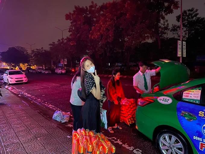 Bà xã của Công Vinh diện trang phục đen, choàng khăn khi mua sắm áo phao và chuẩn bị thực phẩm để vào vùng lũ. Nhờ việc làm kịp thời và cấp thiết trong tình hình nước sôi lửa bỏng, Thuỷ Tiên nhanh chóng kêu gọi được số tiền 22 tỷ đổng ủng hộ đồng bào Miền Trung.