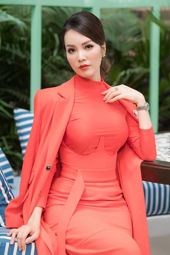 Xuất hiện tại buổi phỏng vấn giữa tháng 10, Thụy Vân gây ấn tượng bằng bộ váy màu nổi bó sát đường cong quyến rũ kết hợp với áo choàng cùng tông.