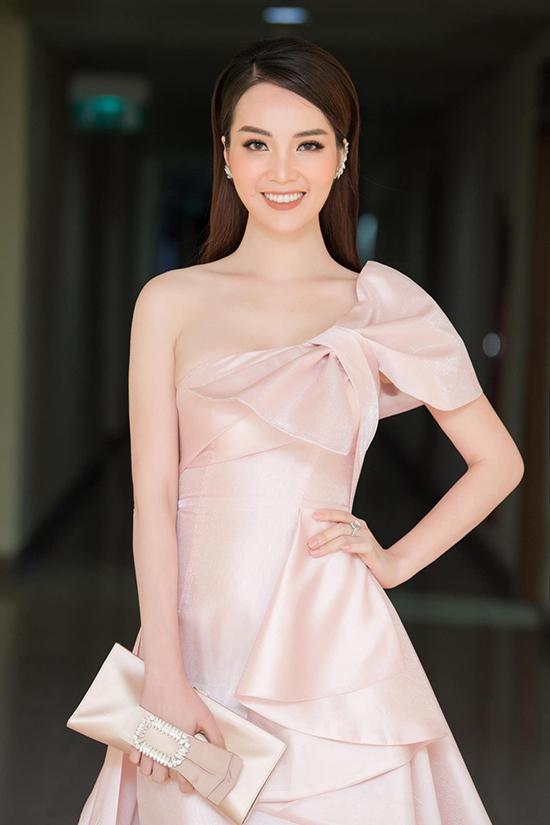 Khi làm giám khảo ở vòng bán kết, Thụy Vân biến hình thành quý cô ngọt ngào với đầm xếp nếp màu hồng pastel.