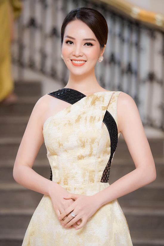Tại họp báo giới thiệu vòng bán kết Hoa hậu Việt Nam, Thụy Vân chọn phong cách trưởng thành hơn với kiểu tóc búi thấp và đầm dài thướt tha của nhà thiết kế Phương My.