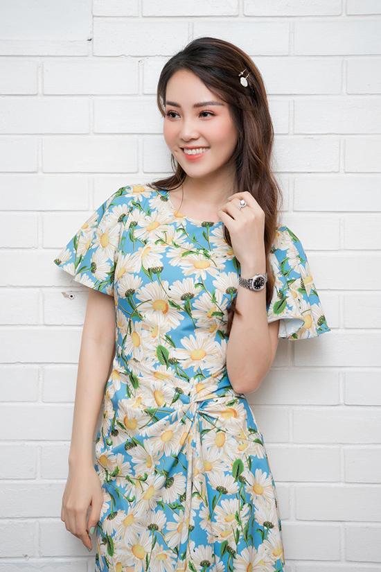 Ở đời thường, Thụy Vân thường chọn những chiếc đầm hoa nữ tính, nhẹ nhàng.