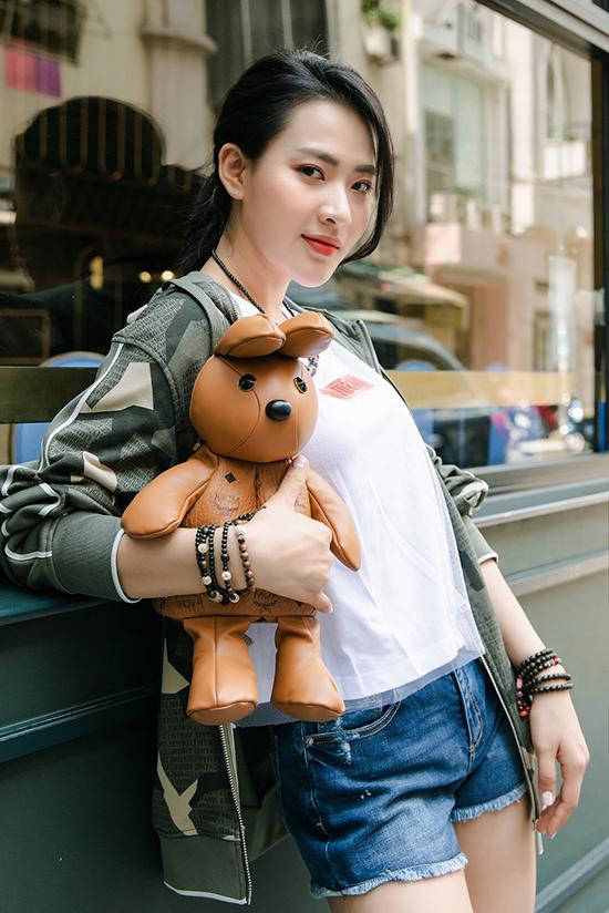 Minh Trang tôn vẻ trẻ trung, khoe đôi chân dài với quần short.
