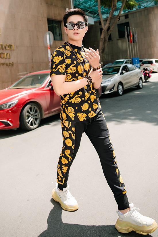 Để xứng đôi vừa lứa với Minh Trang, Kha Vũ cũng chọn đồ thể thao cùng họa tiết của nhà mốt Versace.