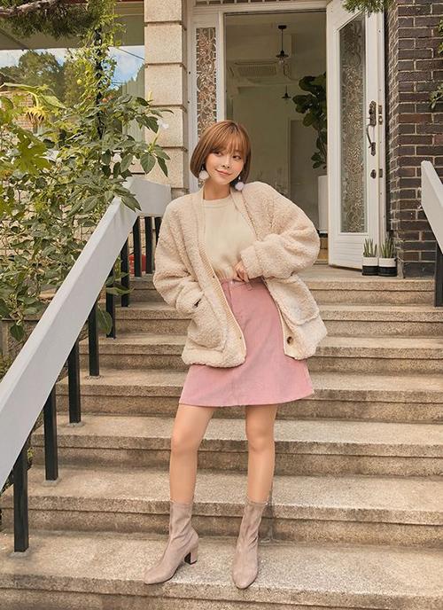 Ngoài các mẫu áo len cổ lọ, dáng vintage, phái đẹp công sở có thể chọn thêm các mẫu áo cardigan dễ mix-match khi đi làm hay đi dạo phố.