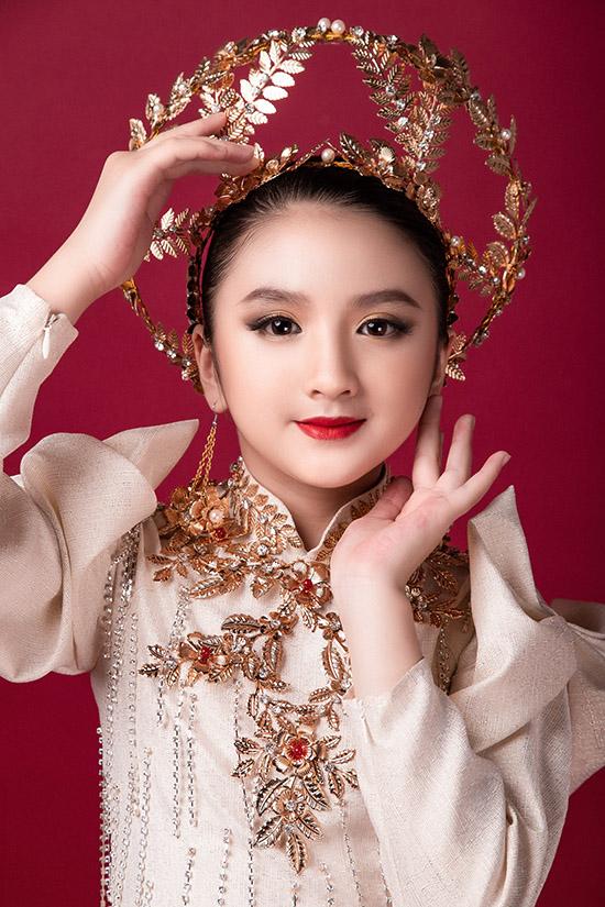Tác giả bộ áo dài cho biết anh muốn kết hợp các yếu tố văn hoá phương Đông và phương Tây trên tác phẩm của mình. Tiểu Hương Giang sẽ trình diễn trang phục này ở chương trình Vietnam Top Fashion & Hair 2020 tổ chức vào ngày 17/10 tại Hà Nội.