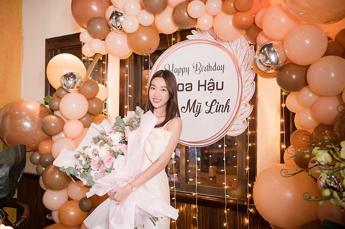 Hoa hậu Đỗ Mỹ Linh hạnh phúc đón tuổi 24.
