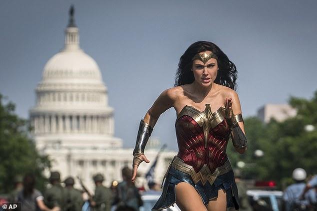 Gal Gadot nổi tiếng từ khi đóng Wonder Woman và được nhận xét hoàn hảo với vai diễn này.