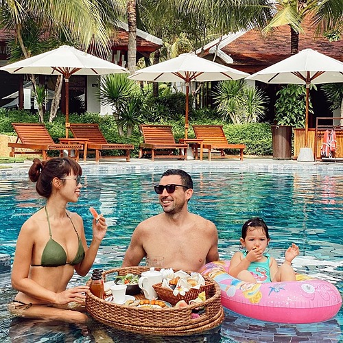 Gia đình siêu mẫu Hà Anh ăn uống sang chảnh dưới hồ bơi trong chuyến nghỉ dưỡng ở Nha Trang.