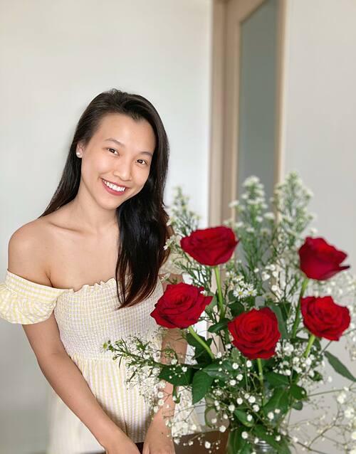 MC Hoàng Oanh khoe sắc với mặt mộc và hài hước nói: Chồng bảo bà ráng đẹp lại đi có thưởng. Mệt mỏi ghê.