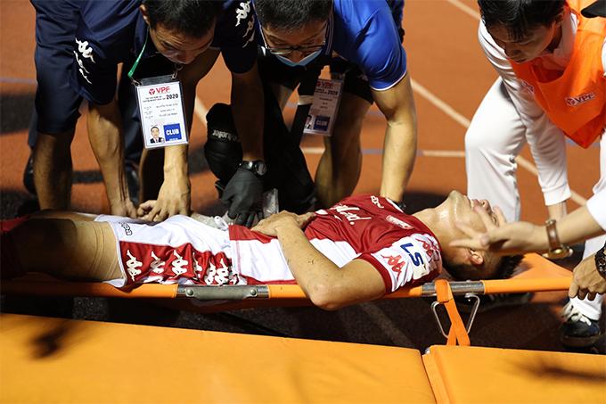 Lâm Ti Phông đau đớn khi được cáng ra xe cứu thương. Ảnh: Đức Đồng.