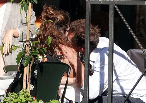 Lily được tài tử Dominic West vuốt ve, ôm hôn tại nhà hàng ở Rome hôm 11/10.