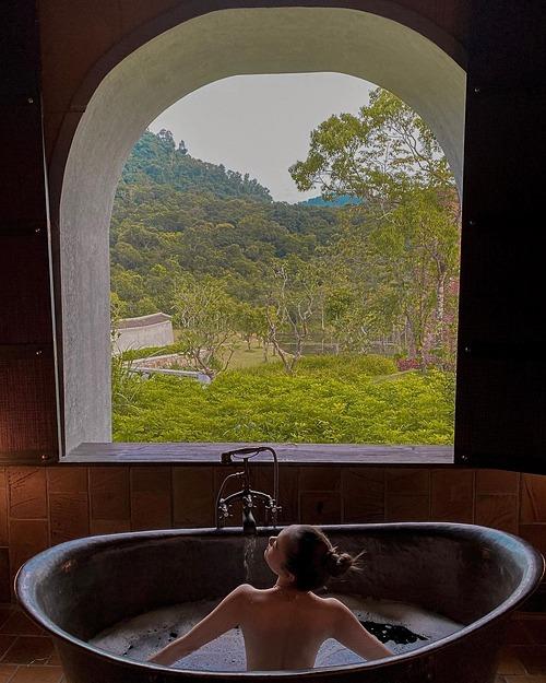Ca sĩ Minh Hằng thư giãn trong bồn tắm, hòa mình với thiên nhiên khi du lịch nghỉ dưỡng tại Yên Tử, Quảng Ninh.