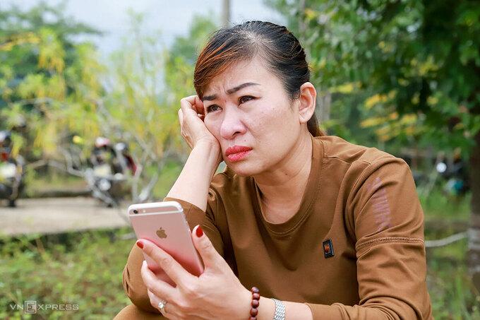 Bà Hằng ngóng tin con ở Bệnh viện Bình Điền. Ảnh: Nguyễn Đông.