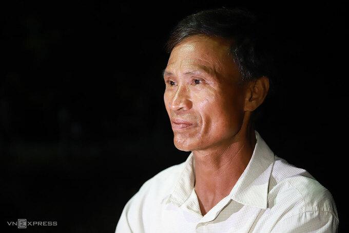 Ông Phùng mệt mỏi sau một ngày từ quê vào tìm con nhưng bặt vô âm tín. Ảnh: Nguyễn Đông.