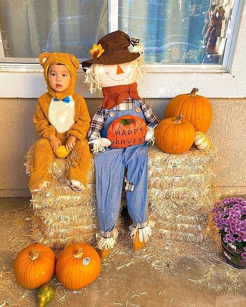 Con trai Phạm Hương trong trang phục Halloween sớm tại Mỹ.
