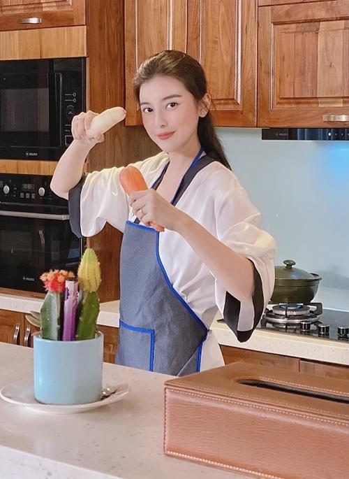 Trong phim Sugar Daddy và Sugar Baby, Cao Thái Hà hóa thân thành người phụ nữ 38 tuổi thành đạt. Đây là dạng vai rất khác, chững chạc, trưởng thành hơn các vai cô từng đóng. Nữ diễn viên rất thích hình tượng và chiều sâu tâm lý của nhân vật.