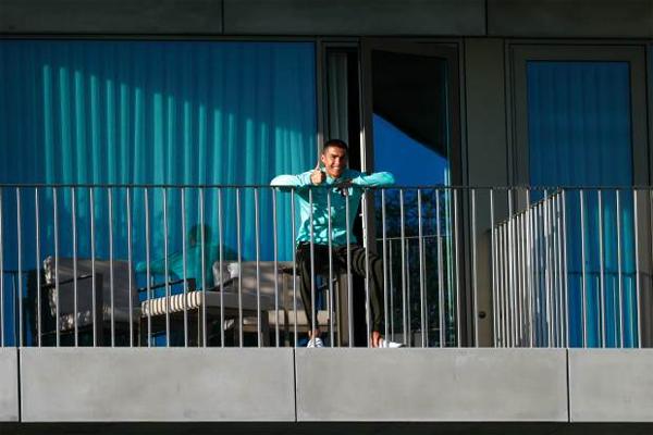 C. Ronaldo ngồi trên ban công quan sát các đồng đội tuyển Bồ Đào Nha tập chiều 13/10. Ảnh: AFP.