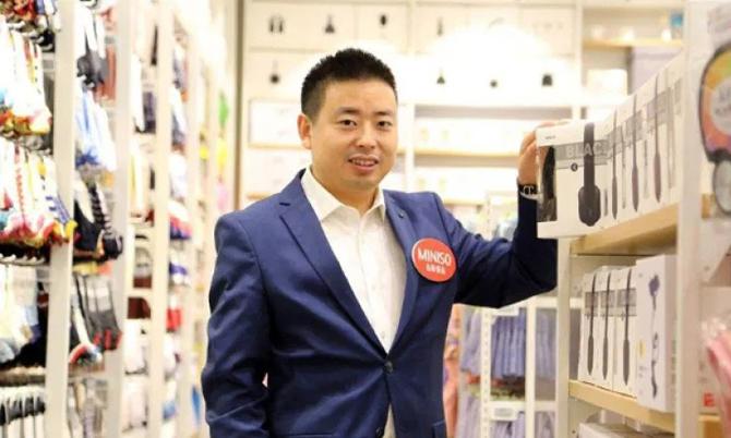 Ye Guofu, nhà sáng lập kiêm CEO của chuỗi bán lẻ giá rẻ Miniso. Ảnh: News.