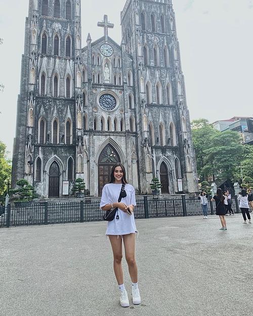 Hoa hậu Tiểu Vy check-in trước một nhà thờ khi có mặt tại Hà Nội.