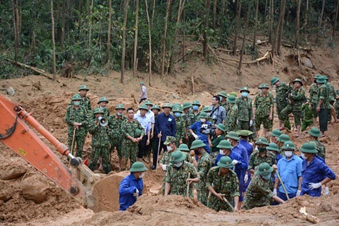 Lực lượng cứu hộ đào sâu xuống lớp bùn non để tìm kiếm các nạn nhân. Ảnh: Quân đội nhân dân.