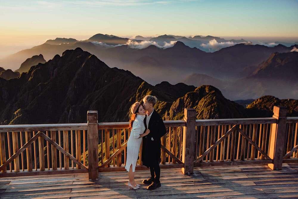 Tháng 10 đến hết tháng 11 hàng năm là mùa mây bồng bềnh trên đỉnh Fansipan đẹp nhất. Vì vậy, không ít du khách yêu cảm giác được bay trên biển mây lại tìm đến đây. Các chàng hãy rủ nàng dậy thật sớm, bắt chuyến cáp đầu tiên để kịp cùng nhau đón khoảnh khắc bình minh kỳ ảo trên nóc nhà Đông Dương hoặc chờ đến chiều muộn để trao nhau nụ hôn giữa ánh hoàng.