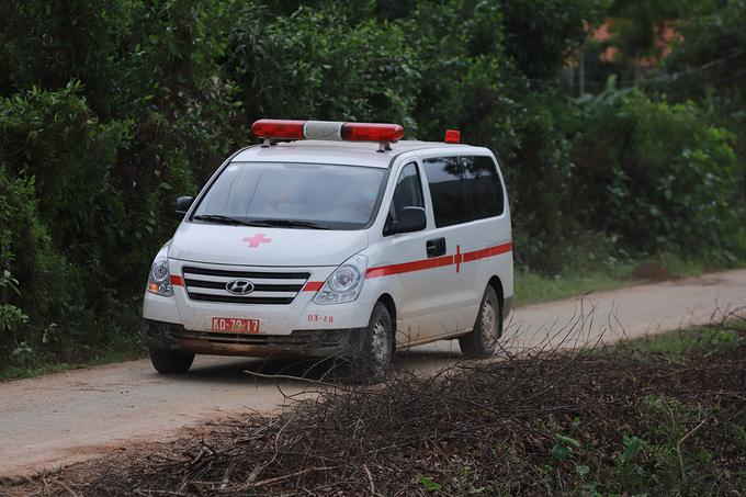 Xe cấp cứu chở thi thể người bị nạn từ hiện trường ra ngoài. Ảnh:Võ Thạnh.