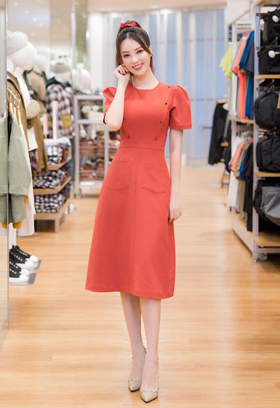 Thụy Vân được chú ý khi xuất hiện tại event giới thiệu cửa hàng thứ ba ở Hà Nội của một thương hiệu thời trang nổi tiếng. Cô khắc họa hình ảnh nữ tính, duyên dáng với đầm liền màu sắc nổi bật, gương mặt trang điểm nhẹ.